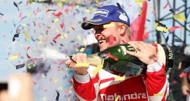 Felix Rosenqvist tar historisk Formel E-seger!